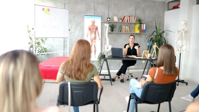 vídeos de stock e filmes b-roll de welcome to our acupuncture therapy seminar - acupuntura