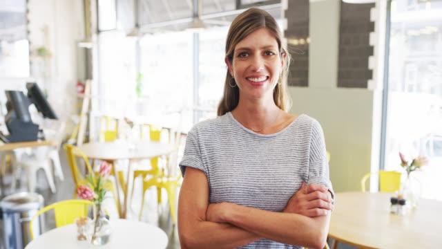 vídeos de stock e filmes b-roll de welcome to our cafe! - empregada de mesa