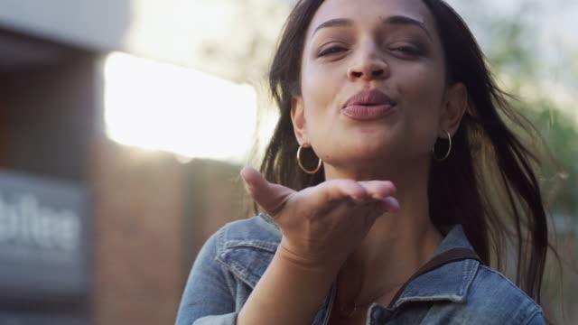 vídeos de stock, filmes e b-roll de bem-vindos à nossa cidade! - piscar atividade
