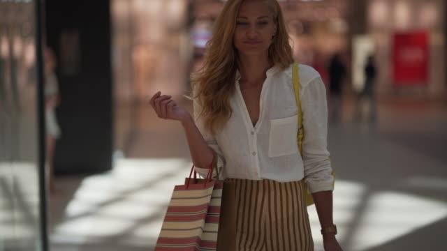 買い物客の楽園へようこそ - 金髪点の映像素材/bロール