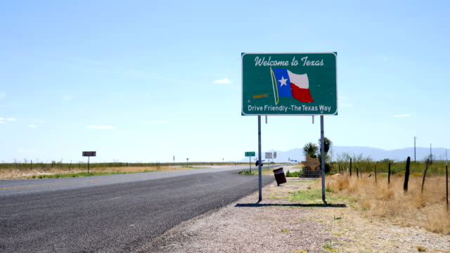 welcome to texas sign - segnaletica stradale video stock e b–roll