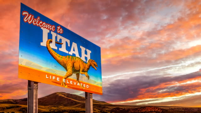 vidéos et rushes de welcome to utah sign & dramatic sunset, utah, looping timelapse - sud ouest américain