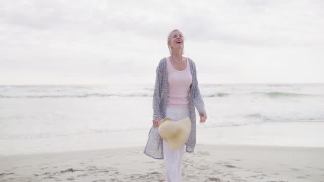 vidéos et rushes de accueillir la retraite avec des vacances à la côte - adulte d'âge mûr