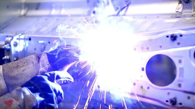 vídeos de stock, filmes e b-roll de soldador em trabalho cinemagraph - indústria automobilística