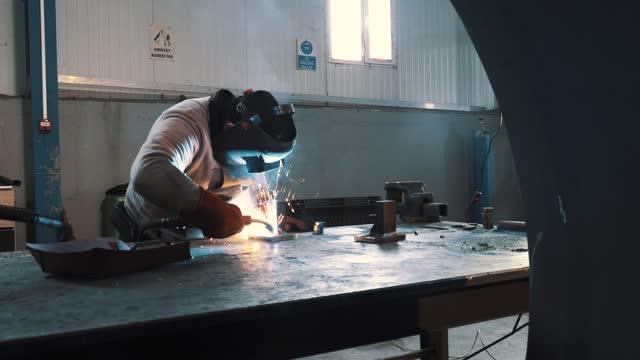 vidéos et rushes de soudeur au travail dans un atelier de fabrication de métal - turc