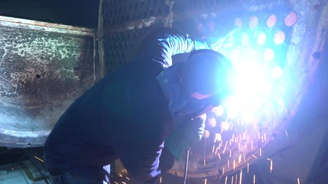 ボイラ業界で仕事で溶接機です。 - 電極点の映像素材/bロール