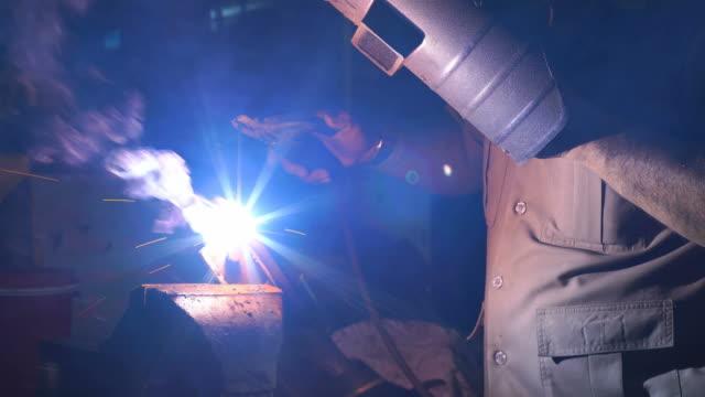 schweißer arbeiten in der metallindustrie - schweißen stock-videos und b-roll-filmmaterial
