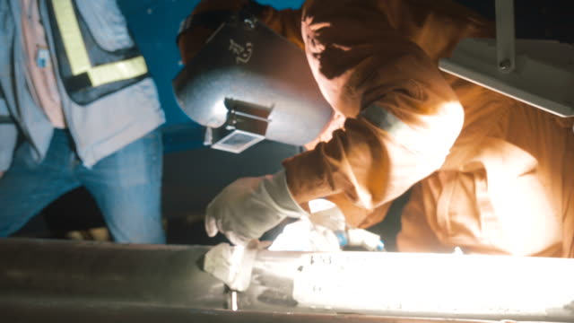 ガスタングステンアーク溶接 (gtaw) 金属産業での仕事で溶接機 - 溶接する点の映像素材/bロール