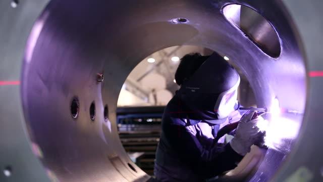 vídeos de stock, filmes e b-roll de soldador no trabalho - fundir técnica de vídeo