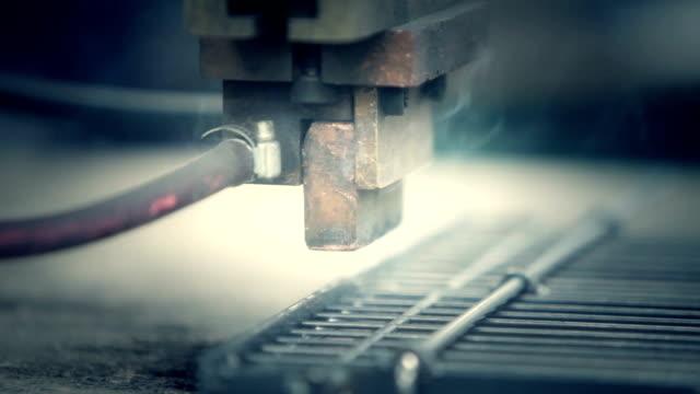 stockvideo's en b-roll-footage met welder robot - ingenieurswerk
