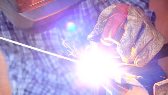 vídeos de stock e filmes b-roll de welder - trabalho de metal
