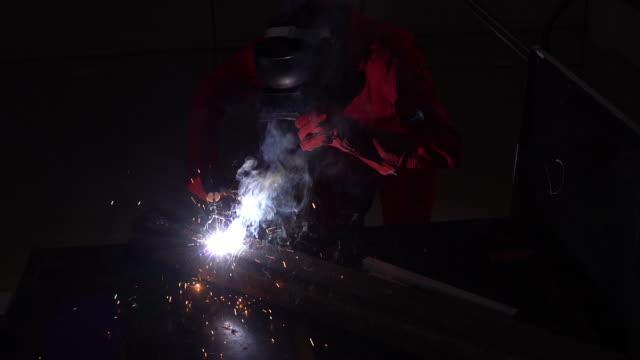 vídeos y material grabado en eventos de stock de soldador con máscaras protectoras están trabajando - sparks