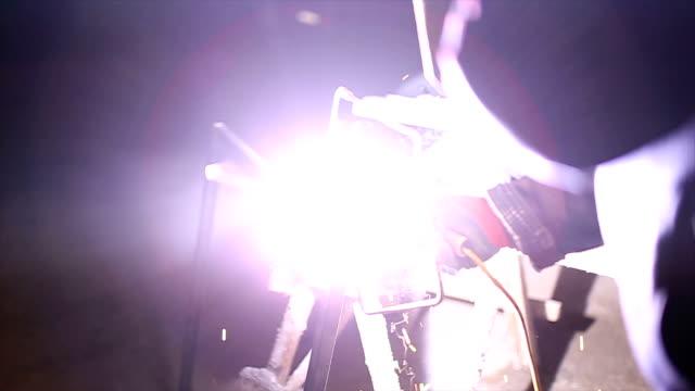 vidéos et rushes de tiges en métal soudé de soudeur - image contrastée