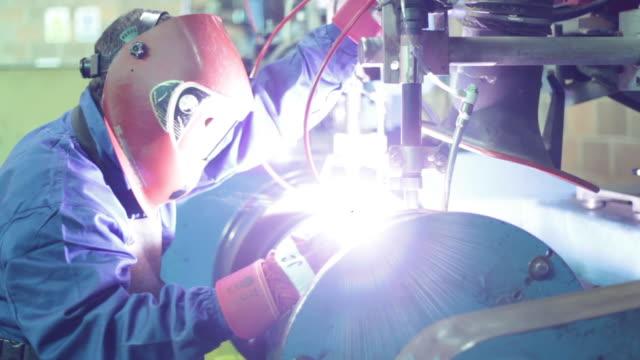 stockvideo's en b-roll-footage met welder working with soldering iron - silvestre