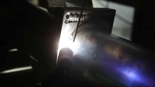 tig schweißen aluminium-pipe - rohr stock-videos und b-roll-filmmaterial