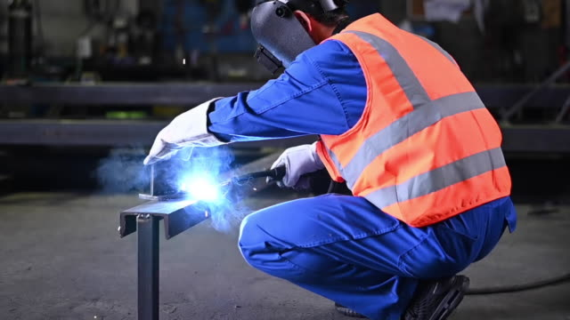 stockvideo's en b-roll-footage met welding in the engineering workshop - metaalindustrie
