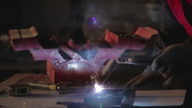 vídeos y material grabado en eventos de stock de soldadura pan de closeup proceso tiro - gafas panoramicas