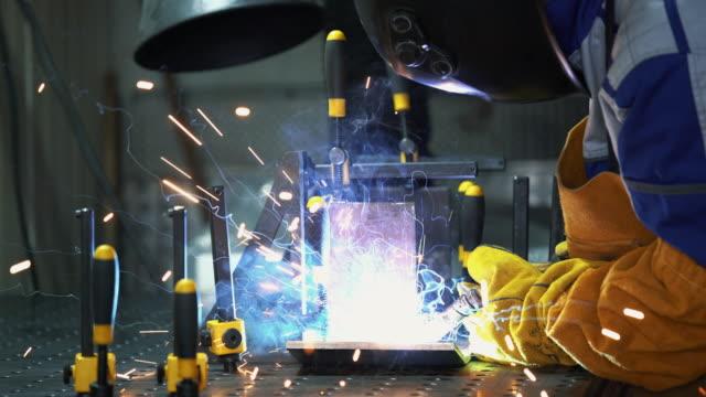 welding process. - mercanzia video stock e b–roll
