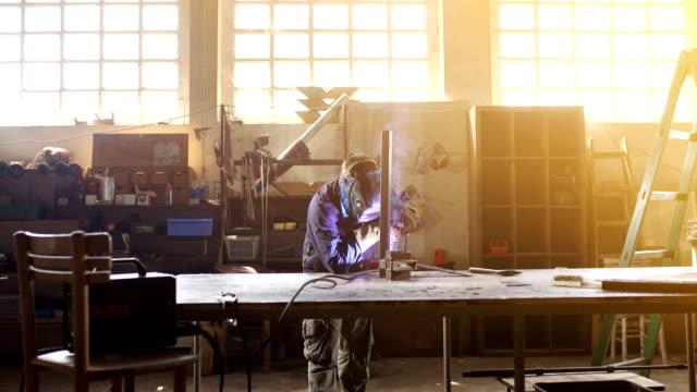 stockvideo's en b-roll-footage met lasproces. - metaalindustrie