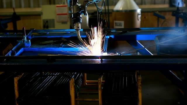vídeos de stock, filmes e b-roll de robôs de soldadura representam o movimento. na indústria de peças automotivas. - part of a series