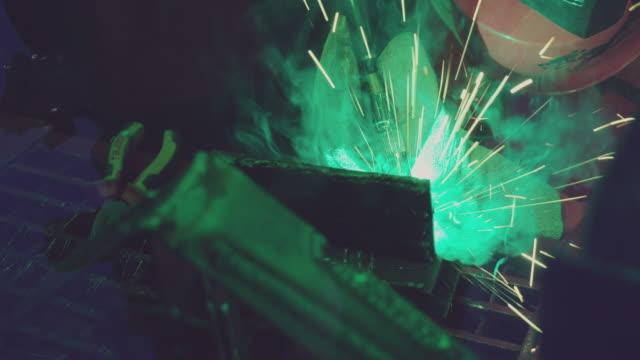 svetsbrännare producerar blanka gnistor och gaser. - teknisk högskola bildbanksvideor och videomaterial från bakom kulisserna