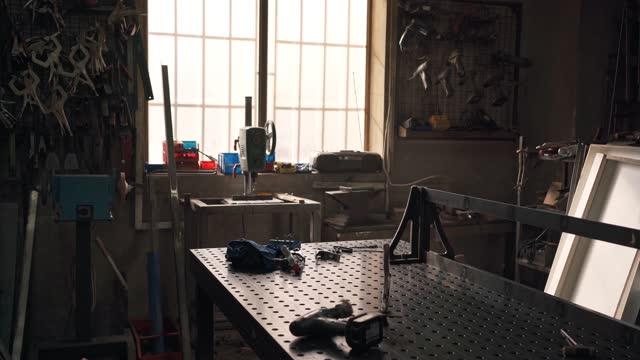 vídeos y material grabado en eventos de stock de antorcha de soldadura con algunos otros equipos de soldadura en una mesa en taller de metal - taller de trabajo
