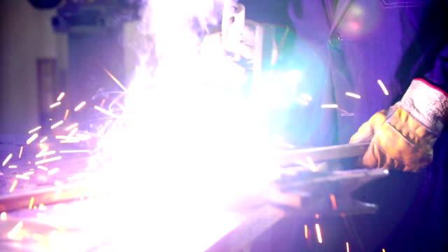 溶接鋼チューブ 2 つです。 - 電極点の映像素材/bロール