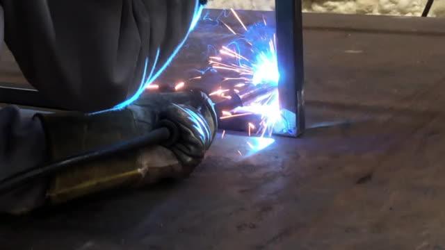 vídeos de stock e filmes b-roll de welding - trabalho de metal