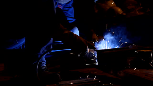 vídeos de stock e filmes b-roll de soldar - trabalho de metal