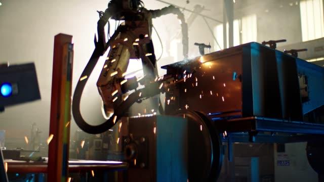 ロボット機による溶接 - 自動車工場点の映像素材/bロール