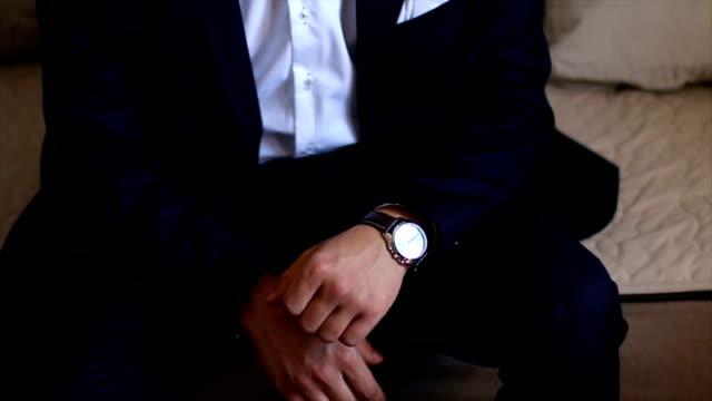 vídeos de stock, filmes e b-roll de homem bem vestido com seu relógio de pulso - relógio de pulso