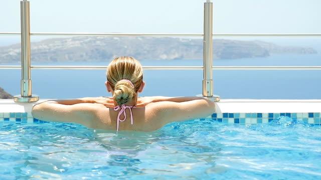 vídeos y material grabado en eventos de stock de bienestar y la piscina y paisaje marino - balneario spa