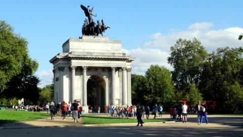 wellington arch in london near hyde park (4k/uhd to hd) - pedestrian zone stock videos & royalty-free footage