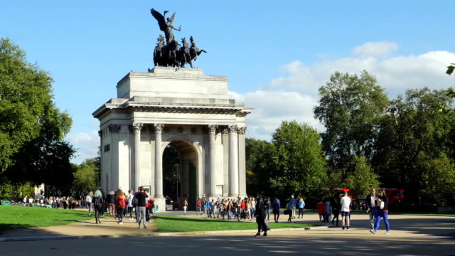 wellington arch a londra vicino a hyde park (4 k uhd e hd - arco architettura video stock e b–roll