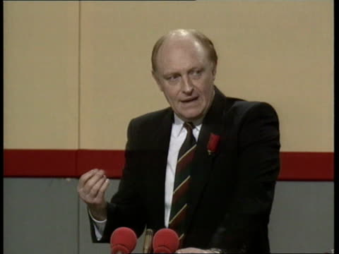 vidéos et rushes de welsh labour party conference **** for wales llandudno neil kinnock along and into the aberconvy centre kinnock and wife glenys on platform as... - socialisme