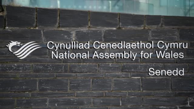 vídeos y material grabado en eventos de stock de a welsh national assembly sign at the senedd at cardiff bay wales uk - vista general