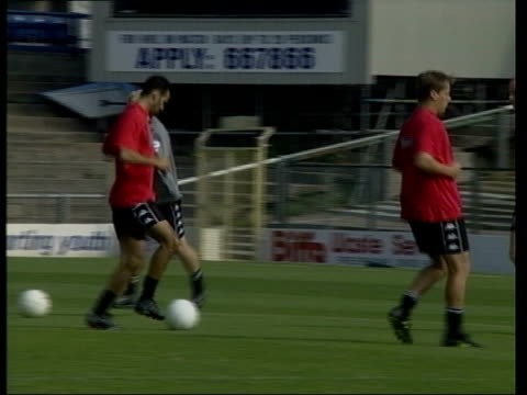 vidéos et rushes de welsh squad training; itn wales: ext welsh squad training / bv ryan giggs jogging with others / gvs players training / giggs training / mark hughes... - pays de galles