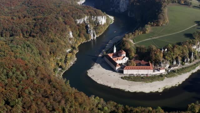 vídeos de stock, filmes e b-roll de weltenburg abbey no rio danúbio na baviera - jurássico