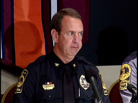 wendell flinchum chief of the virginia tech police department gives a statement on the virginia tech massacre virginia tech massacre statement by... - einzelner mann über 40 stock-videos und b-roll-filmmaterial
