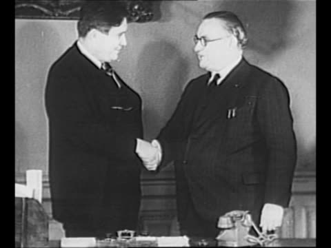 stockvideo's en b-roll-footage met wendell willkie and british prime minister winston churchill shake hands outside 10 downing street as willkie departs in 1941 pan to churchill /... - 1942