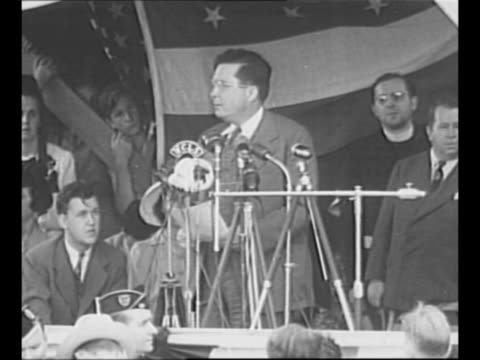wendell willkie speaks in illinois at commemoration of destruction of czech town with same name / 1940 willkie and wife edith shake hands with... - hometown bildbanksvideor och videomaterial från bakom kulisserna