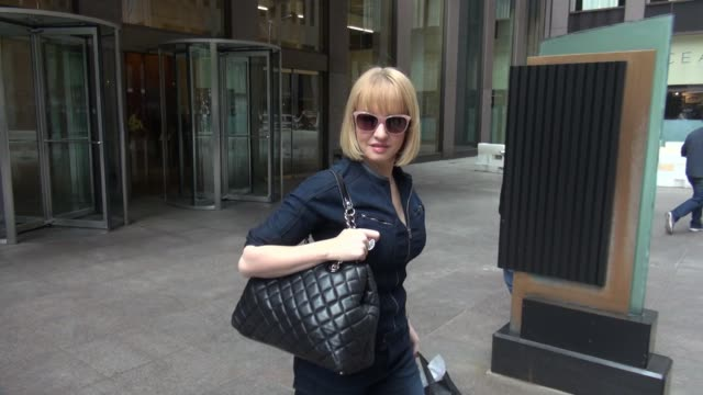 vídeos de stock, filmes e b-roll de wendi mclendoncovey at siriusxm satellite radio celebrity sightings in new york on may 13 2015 in new york city new york - wendi mclendon covey
