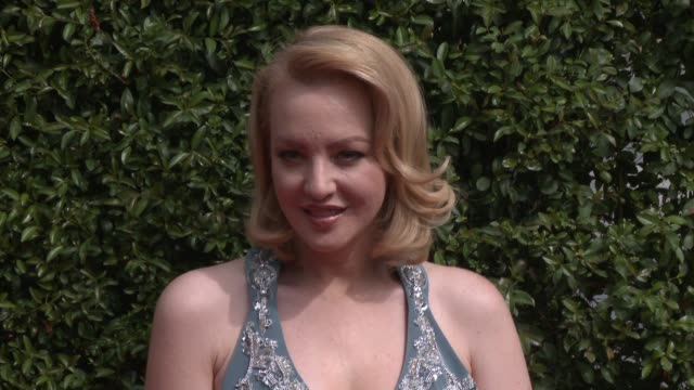 vídeos de stock, filmes e b-roll de wendi mclendoncovey at the 2015 creative arts emmy awards at microsoft theater on september 12 2015 in los angeles california - wendi mclendon covey