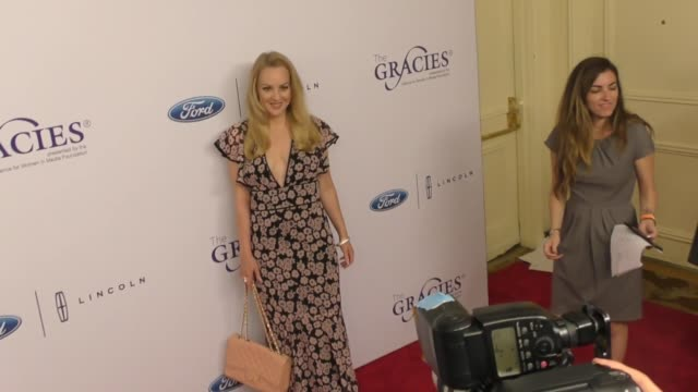 vídeos de stock, filmes e b-roll de wendi mclendoncovey at the 42nd annual gracie awards at the beverly wilshire four seasons hotel on june 06 2017 in beverly hills california - wendi mclendon covey
