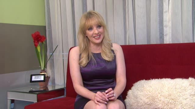 vídeos de stock, filmes e b-roll de wendi mclendoncovey on watching on demand at the 'bridesmaids' 2011 xfinity on demand awards winner for most watched movie - wendi mclendon covey