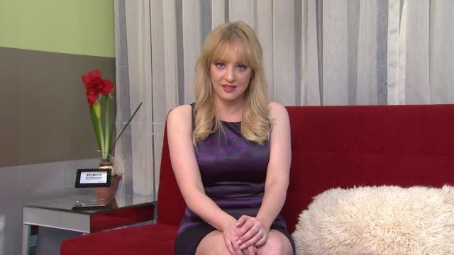 vídeos de stock, filmes e b-roll de wendi mclendoncovey on what is the best way to watch 'bridesmaids' at the 'bridesmaids' 2011 xfinity on demand awards winner for most watched movie - wendi mclendon covey