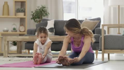 vídeos y material grabado en eventos de stock de estamos haciendo una rutina que es divertida y simple - yoga