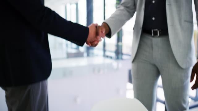 vidéos et rushes de nous allons faire de ce partenariat fonctionne en notre faveur - engagement des employés