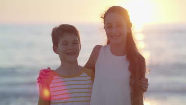vidéos et rushes de nous sommes frères et sœurs inséparables - soeur