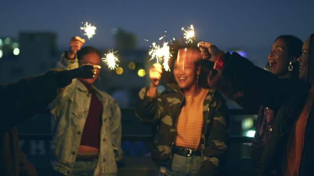 vidéos et rushes de on illumine toute la ville ce soir. - vêtements décontractés